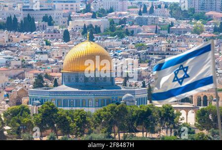 Jerusalén, Israel; 11 de abril de 2021 - Una vista de la ciudad vieja de Jerusalén con las baldosas de oro y azul de la Mezquita Al Aqsa en el Monte del Templo.