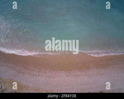 Vista desde el mar y las olas en la playa de Villajoyosa, situada en Alicante, España. Paisaje