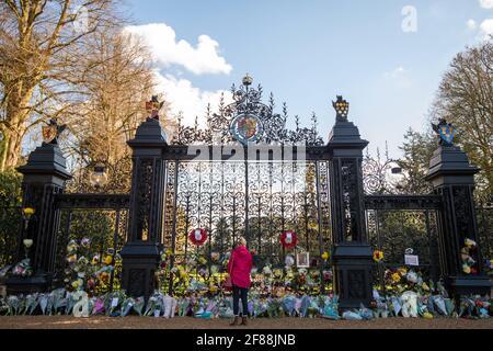 Una mujer le paga sus respetos fuera de las puertas de la Casa de Sandringham en Norfolk, después de la muerte del duque de Edimburgo a la edad de 99 el viernes. Fecha de la foto: Lunes 12 de abril de 2021. Foto de stock