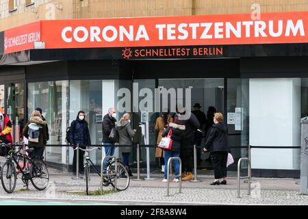 Berlín, Alemania. 12th de Abr de 2021. La gente espera las pruebas COVID-19 fuera de un lugar de prueba en Berlín, capital de Alemania, el 12 de abril de 2021. Más de tres millones de infecciones por COVID-19 se han registrado en Alemania el lunes desde el brote de la pandemia, según el Instituto Robert Koch (RKI). Crédito: Stefan Zeitz/Xinhua/Alamy Live News