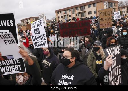 Los manifestantes se congregan fuera del Departamento de Policía del Centro de Brooklyn un día después de que Daunte Wright fuera baleado y muerto por un oficial de policía, en el Centro de Brooklyn, Minnesota, EE.UU. El 12 de abril de 2021. REUTERS/Leah Milis