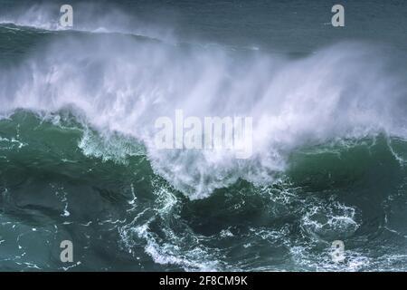 Una ola salvaje rompiendo en el arrecife de Cribbar frente a Towan Head en Newquay en Cornwall.