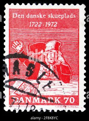 MOSCÚ, RUSIA - 7 DE OCTUBRE de 2019: Sello postal impreso en Dinamarca muestra 'The Tinker' (de la sátira de Holberg), comedias de Holberg - 250th Aniversario