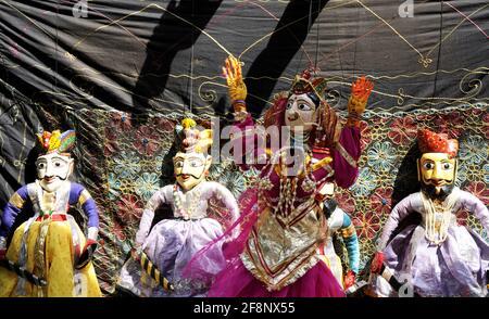 Coloridas muñecas de marionetas Rajasthani de Jaisalmer Traditional títeres shows in Rajasthan atracción turística