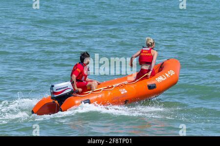 Los socorristas de RNLI se apresuran a un incidente en el mar en una costilla de rescate Arancia A58 en West Sussex, Inglaterra, Reino Unido.