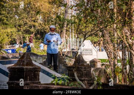 Barisal Sadar Upazila, Bangladesh. 15th de Abr de 2021. La gente se reúne en el cementerio musulmán para orar por sus familiares en Barishal, Bangladesh. (Foto de Mustasinur Rahman Alvi/Pacific Press) Crédito: Pacific Press Media Production Corp./Alamy Live News Foto de stock