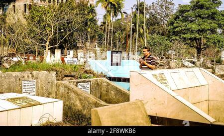 Barisal Sadar Upazila, Bangladesh. 15th de Abr de 2021. La gente se reúne en el cementerio musulmán después de los Jummah para orar por sus familiares en Barishal, en Bangladesh. (Foto de Mustasinur Rahman Alvi/Pacific Press) Crédito: Pacific Press Media Production Corp./Alamy Live News Foto de stock