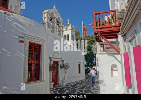 Mykonos, Grecia - 27 de julio de 2016 : pintoresco callejón y una iglesia ortodoxa en Mykonos Cyclades Grecia