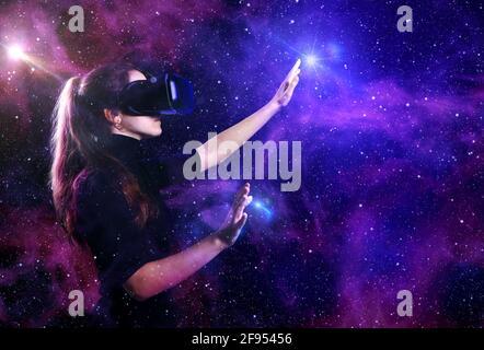 Hermosa mujer joven con gafas de realidad virtual sobre un fondo futurista. Espacio exterior virtual. VR.