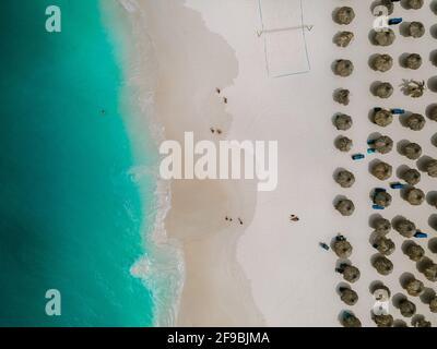 Aérea desde la playa Eagle en Aruba en el Caribe, vista de pájaro en la playa con sombrilla en la playa Eagle de Aruba con océano azul