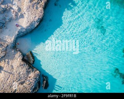 Tres Trapi Steps Triple Steps Beach, Aruba Completamente vacía, Playa popular entre los lugareños y turistas, el océano cristalino Aruba. Caribe, pareja hombre y mujer en un océano cristalino