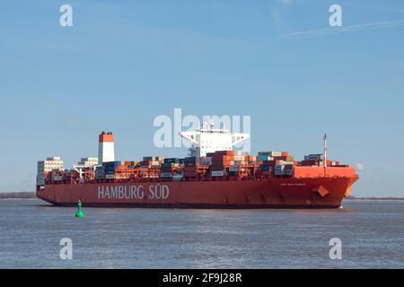 El buque contenedor Reefer CAP SAN MARCO, operado por la compañía naviera HAMBURG Süd, pasa por el puerto de Stadersand en el río Elbe en dirección a Hamburgo
