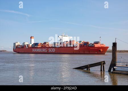 Barco contenedor Reefer CAP SAN MARCO, operado por la compañía naviera HAMBURG Süd, pasando el puerto de Stadersand en el río Elbe en dirección a Hamburgo ,