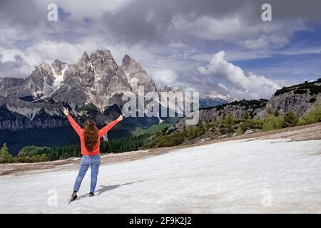 Mujer viajera caminando por las montañas de los Alpes Dolomitas.