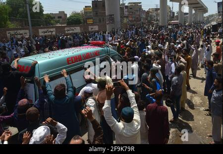 Lahore, Pakistán. 19th de Abr de 2021. Los partidarios del partido de Tehreek-e-Labbaik Pakistán (TLP) llevan el ataúd y gritan eslóganes durante la oración fúnebre de su colega de un camarada que fue asesinado en el enfrentamiento del domingo con las fuerzas de seguridad, Una protesta después de que su líder fuera detenido a raíz de sus peticiones de expulsión del embajador francés en Lahore. (Foto de Rana Sajid Hussain/Pacific Press) Crédito: Pacific Press Media Production Corp./Alamy Live News