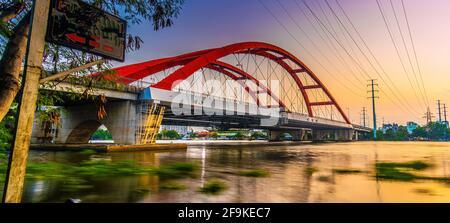 Hermosa puesta de sol en Binh Loi Puente nuevo y viejo por la noche en la hora punta, Ciudad Ho Chi Minh, Vietnam. Concepto de viajes y paisaje.