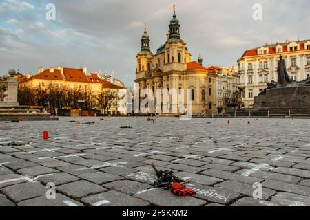Praga, República Checa-marzo de 26,2021. 25 000 cruces y flores en la Plaza de la Ciudad Vieja como memoria de las víctimas del virus COVID-19.Vida en pandemia.Ciudad vacía