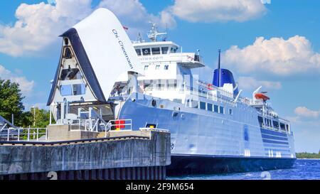 Tobermory, Ontario, Canadá-1 de julio de 2020: El ferry de pasajeros y vehículos Chi-Cheemaun que proporciona transporte desde y hacia Manitoulin Island hasta Tobermory Foto de stock