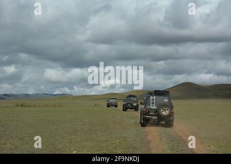 Vehículos 4x4 turísticos cerca de Dungenee Am / Canyon en el Parque Nacional Gobi Gurvan Saikhan, Omnigovi, Mongolia.