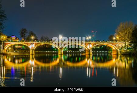 vista nocturna del ponte isabella sobre el río po con paisaje urbano de turín, italia.