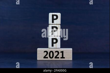 PPP, símbolo de programa de protección de cheque de pago 2021. Concepto de palabras PPP, programa de protección de cheques de pago 2021 sobre bloques de madera sobre un hermoso fondo gris. Autobús