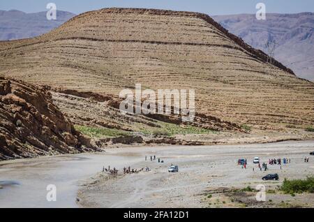 Hammat Moulay Ali Cherif, Marruecos - 11 de abril de 2015. Gente bañándose en el río Ziz