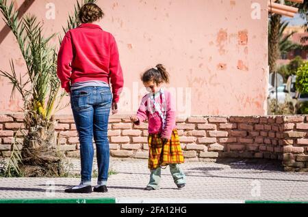 Errachidia, Marruecos - 11 de abril de 2015. Una linda chica marroquí mendigar por dinero en la calle