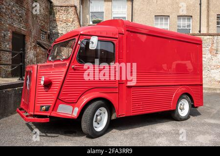 Red Vintage Citroen H van en Arundel, una ciudad comercial en West Sussex, Reino Unido