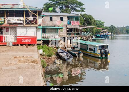 EL CASTILLO, NICARAGUA - 7 DE MAYO de 2016: Casas junto al río en el pueblo de ELL Castillo en el río San Juan, Nicaragua