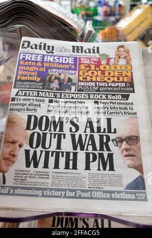 Daily Mail portada del periódico 'Dom's All Out War Con el PM' Boris Johnson Dominic Cummings en quiosco el 24 de abril 2021 Londres Inglaterra Reino Unido