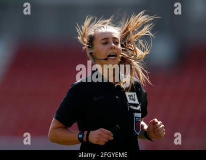 Fútbol Fútbol - Super Liga Femenina - Manchester United v Tottenham Hotspur - Leigh Sports Village, Manchester, Gran Bretaña - 25 de abril de 2021 Referee Cristiana Hattersley Action Images via Reuters/Lee Smith