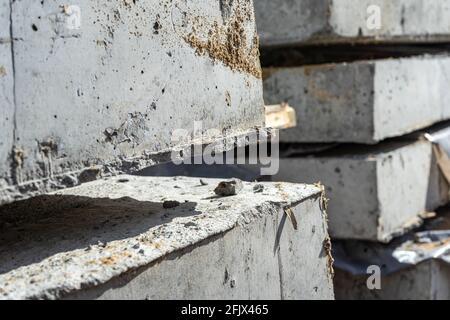Vista angular de primer plano de losas de hormigón armado. Construcción y producción de losas y suelos de hormigón.