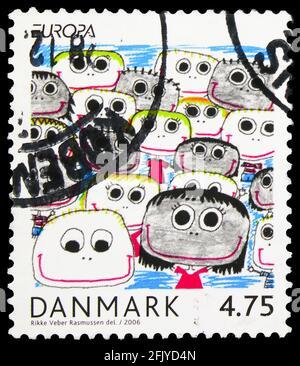 MOSCÚ, RUSIA - 27 DE SEPTIEMBRE de 2019: Sello postal impreso en Dinamarca muestra Integración - desde el punto de vista de los niños y la juventud, Europa (C.