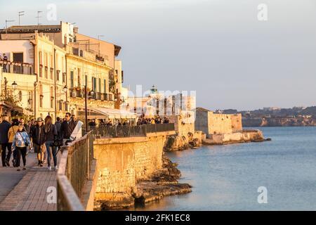 Sicilia costa este, vista de la pared del mar en la isla de Ortigia cerca de Siracusa en Sicilia Foto de stock