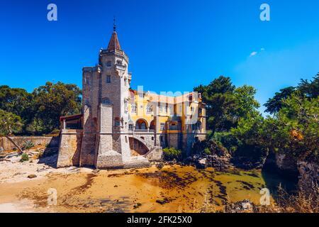 Museu Condes de Castro Guimaraes en Cascais, Lisboa, Portugal. Construcción del museo Conde Castro Guimaraes en los bonitos jardines de Jardim Marechal