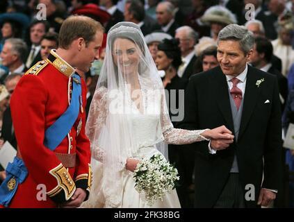 Foto del archivo fechada el 29/04/11 del príncipe Guillermo y Kate Middleton con su padre Michael Middleton en la Abadía de Westminster, Londres. La duquesa de Cambridge habrá pasado una década como HRH cuando ella y el duque de Cambridge conmemoren su aniversario de boda de 10th el jueves. Fecha de emisión: Miércoles 28 de abril de 2021.