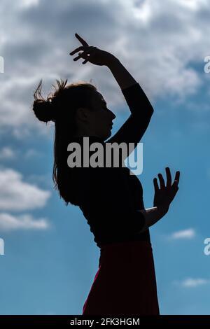 Londres, Reino Unido. 28th de abril de 2021. Día Internacional de la Danza: Bailarines de Ranbu Colectivo actúan en Hampstead Heath antes del Día Internacional de la Danza el 29th de abril (foto co-fundador, Belinda Roy). El recién formado colectivo de danza con sede en Londres y Japón tiene como objetivo crear una plataforma para que los bailarines contemporáneos colaboren, interpretes y compartan ideas con otros artistas. Celebrado por primera vez en 1982, el Día Internacional de la Danza se celebra cada año desde el nacimiento de Jean-Georges Noverre (1727-1810), creador del ballet moderno. Crédito: Guy Corbishley/Alamy Live News