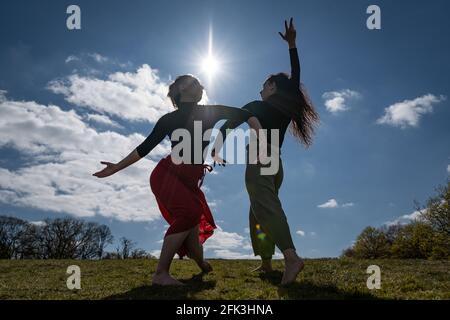 Londres, Reino Unido. 28th de abril de 2021. Día Internacional de la Danza: Bailarines de Ranbu actuación colectiva en Hampstead Heath antes del Día Internacional de la Danza el 29th de abril (L-R Belinda Roy, Coralie Calfond). El recién formado colectivo de danza con sede en Londres y Japón tiene como objetivo crear una plataforma para que los bailarines contemporáneos colaboren, interpretes y compartan ideas con otros artistas. Celebrado por primera vez en 1982, el Día Internacional de la Danza se celebra cada año desde el nacimiento de Jean-Georges Noverre (1727-1810), creador del ballet moderno. Crédito: Guy Corbishley/Alamy Live News