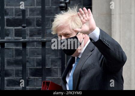 REINO UNIDO. 28th de Abr de 2021. Downing Street Londres 28th de abril de 2021.El Primer Ministro Boris Johnson deja No10 dirigiéndose a Westminster para sus preguntas semanales de los Primeros Ministros Crédito: MARTIN DALTON/Alamy Live News