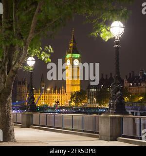 Elizabeth Tower en las Casas del Parlamento, Westminster, Inglaterra, tomada por la noche desde el Banco del Sur, terreno público.