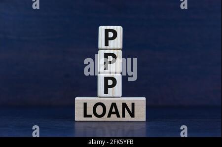 PPP, símbolo de préstamo del programa de protección de cheque de pago. Concepto de palabras PPP, paycheck programa de protección préstamo en bloques de madera sobre un hermoso fondo gris. Autobús
