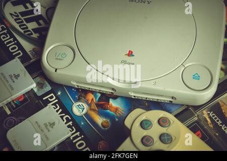 Sony PlayStation One Slim con tarjetas de memoria y juegos antecedentes