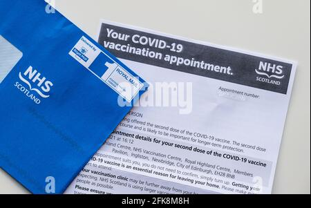 Coronavirus Covid-19 carta de la segunda dosis de vacunación de NHS Escocia con sobre azul, Reino Unido