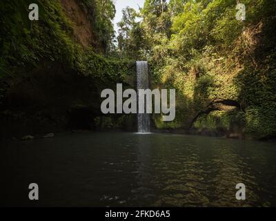 Cascada oculta y secreta de selva tropical Tibumana en exuberante naturaleza verde Paisaje en Bangli Ubud Bali Island Indonesia Sudeste de Asia