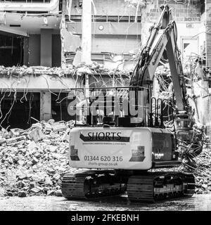 Kingston upon Thames, Londres Reino Unido, un Digger mecánico que trabaja en un proyecto de construcción de demolición de edificios sin personas