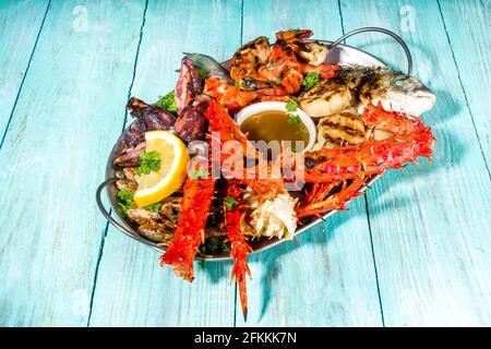 Surtido VARIOS COMIDA A LA BARBACOA MEDITERRÁNEA - PESCADO, pulpo, camarón, cangrejo, mariscos, mejillones, dieta de verano fiesta barbacoa, con kebab, salsas,