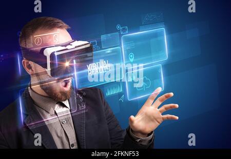 Hombre de negocios mirando a través de gafas de realidad Virtual, concepto tecnológico