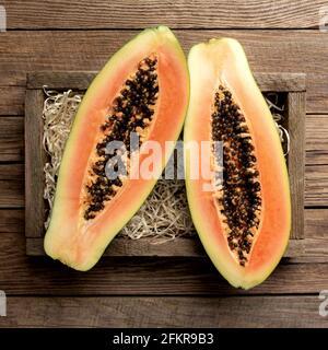 Fruta fresca de papaya tropical en una caja de entrega de madera vista de fondo plano de madera con espacio de copia para algunos textos publicitarios