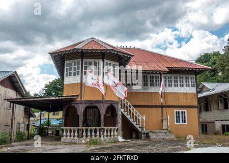 Antigua casa de bungalows de madera en Buso, Bau, Sarawak, Malasia Oriental