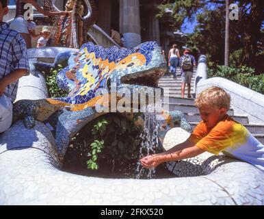 Fuente de dragón mosaico de Gaudí, Parque (Parc) Güell, Distrito Gràcia, Barcelona, Provincia de Barcelona, Cataluña, España